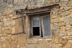 Janela dilapidada na casa de pedra fotos de stock