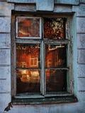 A janela dilapidada reflete o vermelho imagens de stock royalty free