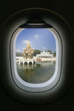 A janela do avião com atração do destino do curso estrondo Imagem de Stock
