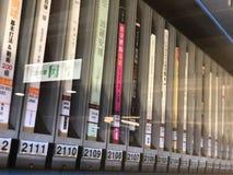 A janela dos livros que pedem a máquina imagens de stock royalty free