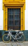 Janela e bicicleta imagem de stock