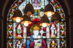 Janela e lâmpadas da igreja do vitral imagem de stock royalty free