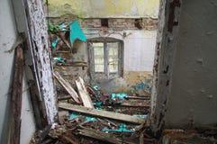Janela e montão velhos da entulho em uma casa arruinada Fotografia de Stock Royalty Free