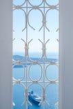 Janela e navio no céu azul e mar brancos em Grécia Imagens de Stock Royalty Free