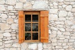 Janela e obturadores de madeira na parede de pedra Foto de Stock Royalty Free