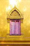 Janela e porta tradicionais no estilo tailandês no templo de Tailândia Foto de Stock
