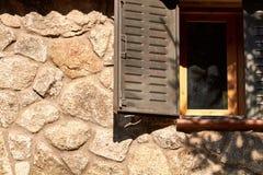 Janela em uma cabine de pedra imagens de stock