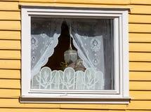 Janela em uma casa de madeira com cortinas brancas Fotografia de Stock