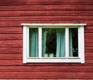 Janela em uma casa de madeira vermelha foto de stock