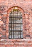 Janela em uma igreja velha do tijolo Fotos de Stock Royalty Free
