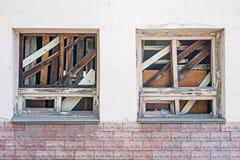 Janela embarcada-acima em uma construção velha abandonada Janelas quebradas na parede fotografia de stock royalty free
