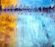A janela gelada iluminada manchou com gotas da água Imagem de Stock