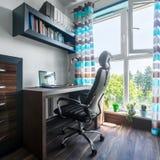 Janela grande no escritório domiciliário moderno fotografia de stock