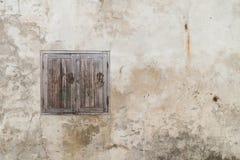 Janela horrívea na parede rachada velha Fotos de Stock Royalty Free
