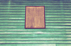 Janela marrom velha com parede verde imagem de stock