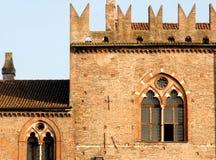 Janela medieval com ameias altas Foto de Stock