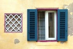 Janela mediterrânea da casa de campo com obturadores abertos Fotos de Stock