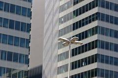 Janela moderna da torre do escritório com reflexão Fotos de Stock Royalty Free