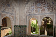janela muçulmana do palácio com jardim Fotografia de Stock Royalty Free