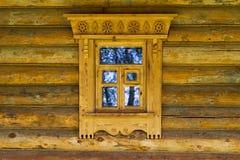 Janela na casa de madeira do russo foto de stock