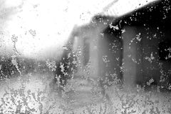 Janela na neve com efeito do borrão em preto e branco Imagens de Stock
