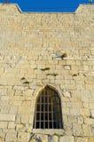 Janela na parede da torre velha Imagens de Stock Royalty Free