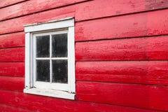 Janela na parede de madeira vermelha Imagens de Stock Royalty Free