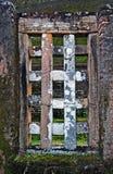 Janela na parede de tijolo antiga foto de stock