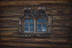 Janela na parede de uma casa velha dos logs Fotos de Stock