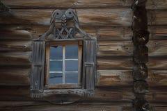 Janela na parede de uma casa velha dos logs Imagem de Stock Royalty Free