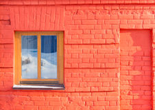 A janela na parede do tijolo vermelho Imagem de Stock