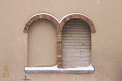 Janela nevado com o arco redondo do tijolo Imagem de Stock