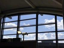 A janela no aeroporto de Osaka foto de stock royalty free