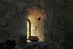 A janela no monastério Fotos de Stock Royalty Free