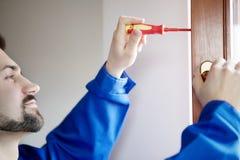 Janela nova do reparo do trabalhador manual com chave de fenda fotos de stock royalty free
