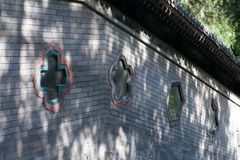 Janela pequena colorida na construção chinesa Imagens de Stock