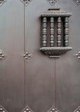 Janela pequena detalhada da segurança na grande porta Fotos de Stock