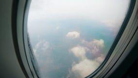 Janela plana com a vista em nuvens durante o voo vídeos de arquivo
