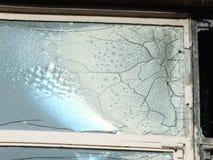 A janela quebrada com quebras em um derelict abandonou a casa fotos de stock royalty free