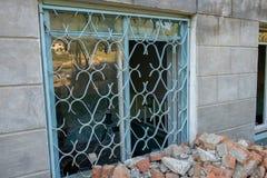 Janela quebrada Derelict idoso na construção abandonada fotografia de stock