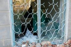 Janela quebrada Derelict idoso na construção abandonada imagem de stock