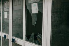 Janela quebrada em consequência de um terremoto ou um vandalismo ou o outro evento negativo fotos de stock