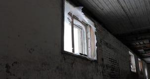 Janela quebrada em uma construção abandonada velha vídeos de arquivo