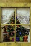 Janela rústica da calha da árvore de Natal Foto de Stock