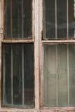 Janela rachada e quebrada velha em um moinho industrial Fotografia de Stock Royalty Free