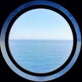 A janela redonda de um navio de cruzeiros fotos de stock royalty free