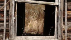 Janela sem vidro da casa abandonada de madeira video estoque