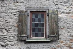 Janela Shuttered de madeira velha com placas coloridas, Braubach, Alemanha fotos de stock royalty free