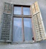 Janela shuttered de madeira velha em Sibiu, a Transilvânia, Romênia Fotos de Stock Royalty Free