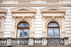 Janela sob a forma de uma escultura do arco no estilo clássico Imagem de Stock
